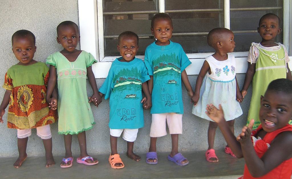 2.4.2014 Die kleinen Mädchen nehmen Mwesiga und Kalokola in ihre Mitte - our girls take the new boys into their midst